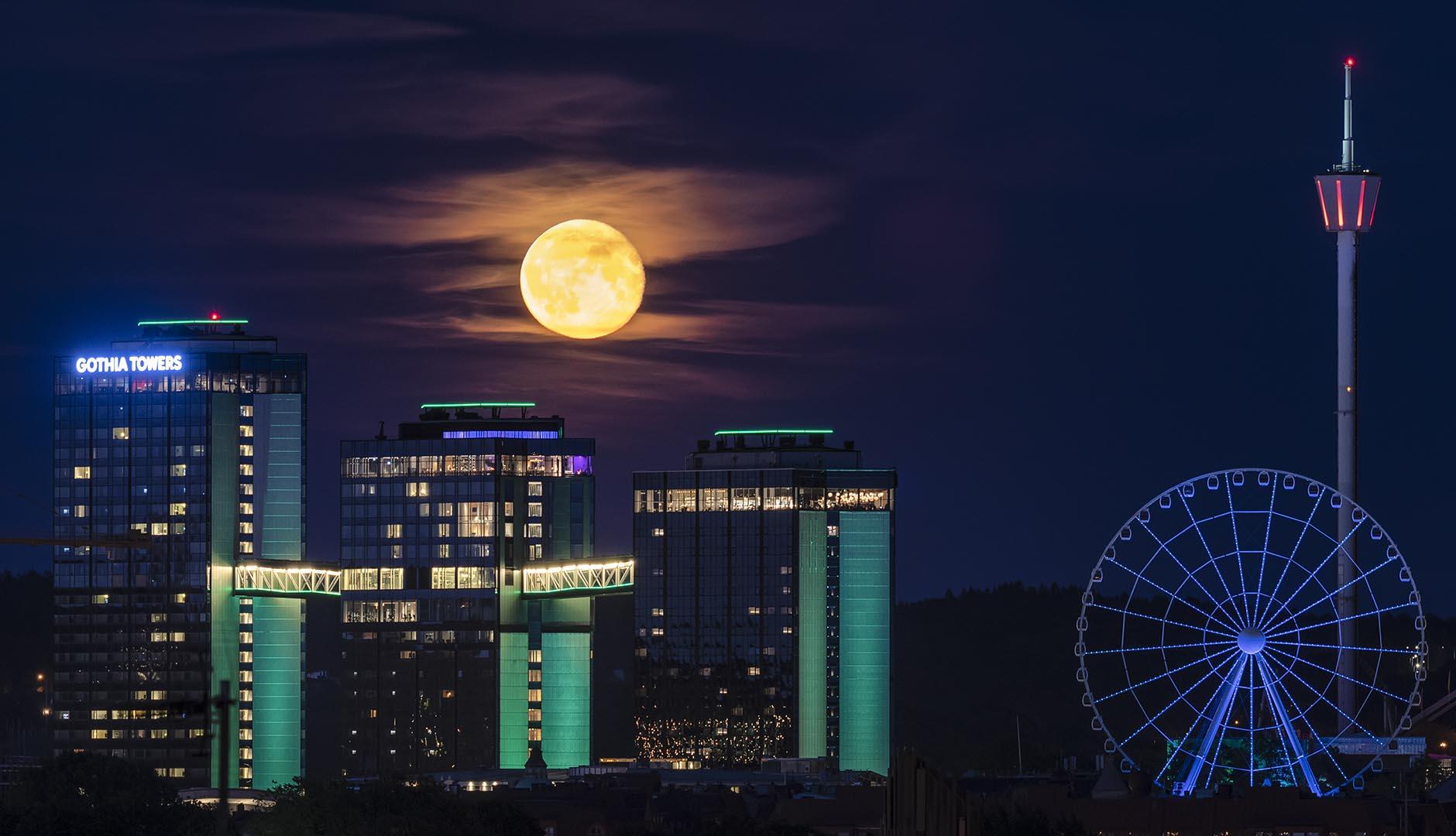 Hotell Gothia Towers upplyst av fullmåne