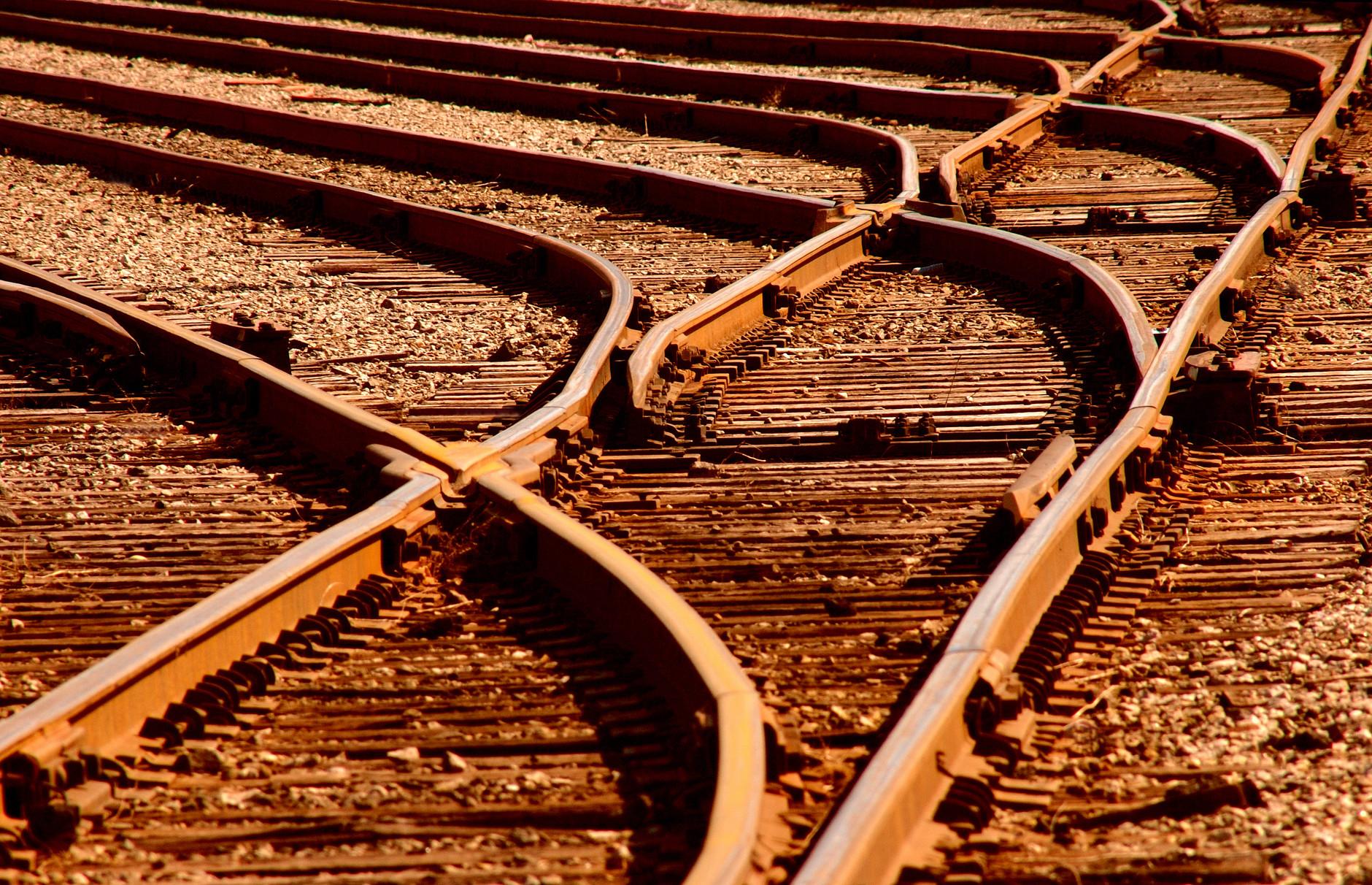 Detaljbild av järnvägsspår och växlar