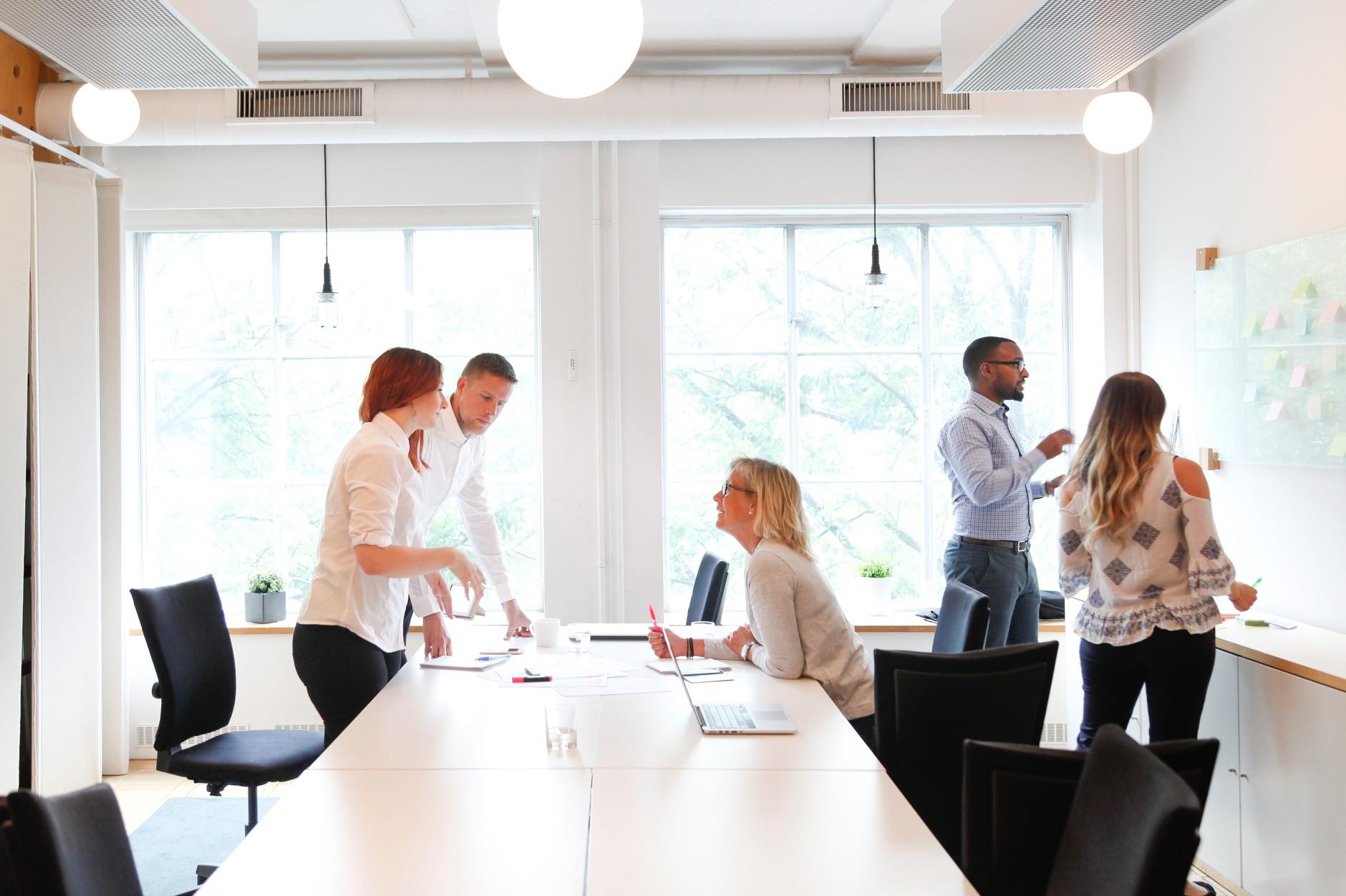 Möte med människor i konferensrum med whiteboard
