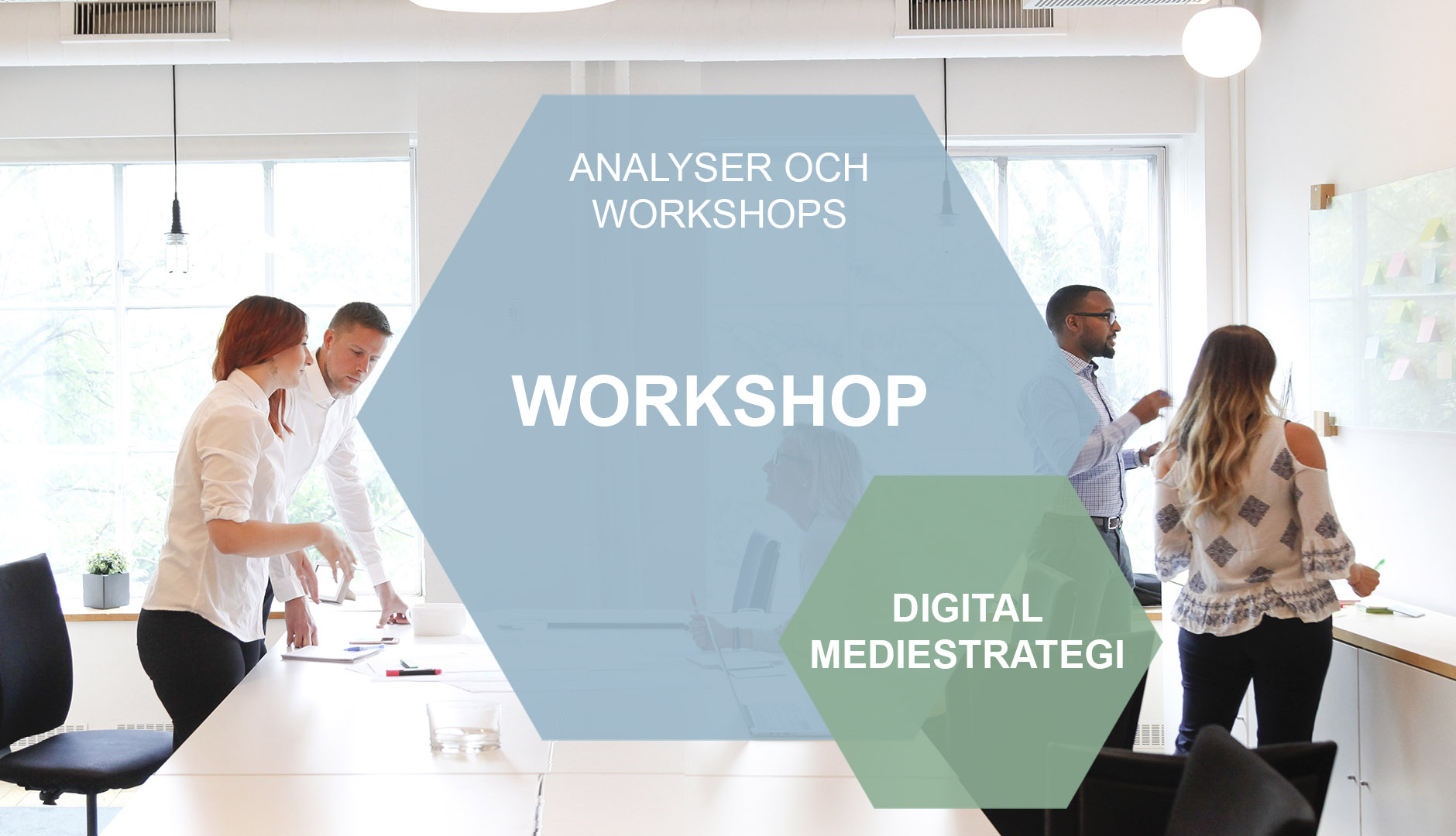 Digital mediestrategi i hexagon mot bakgrund av människor i workshop