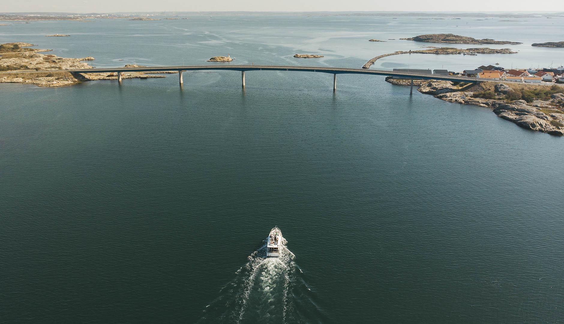 Båt som kör under hönöbron