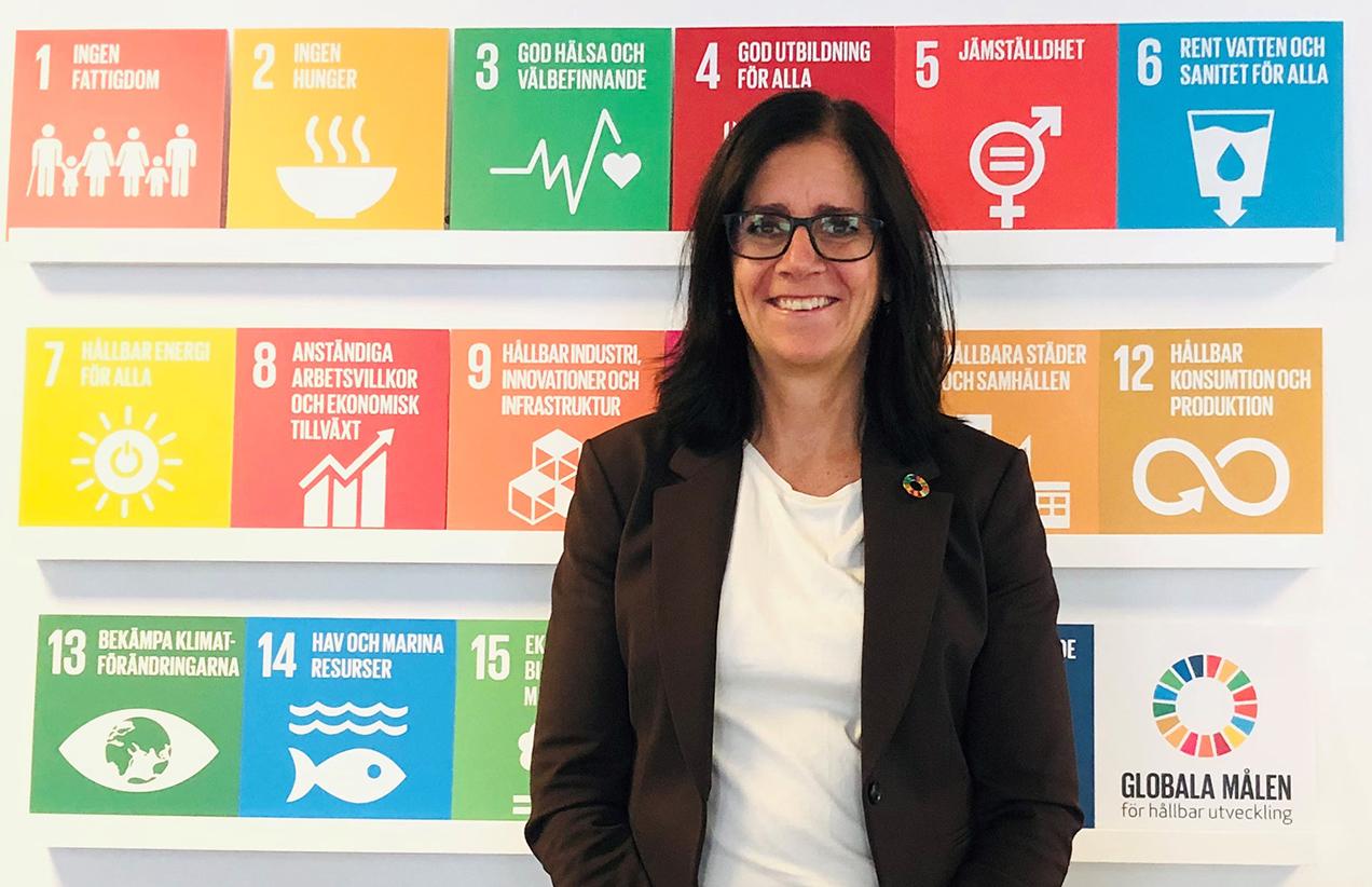 Eva-Lena Albihn, hållbarhetschef står framför tavlor med Agenda 2030-målen