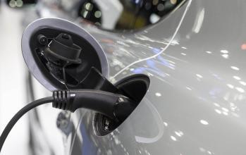 En inzoomad bild på bil som laddas med el