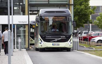 En elbuss lämnar sin inomhushållplats