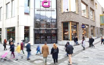 Exteriör av köpcentrum med människor