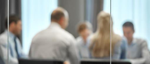 Suddig bild på människor i ett konferensrum